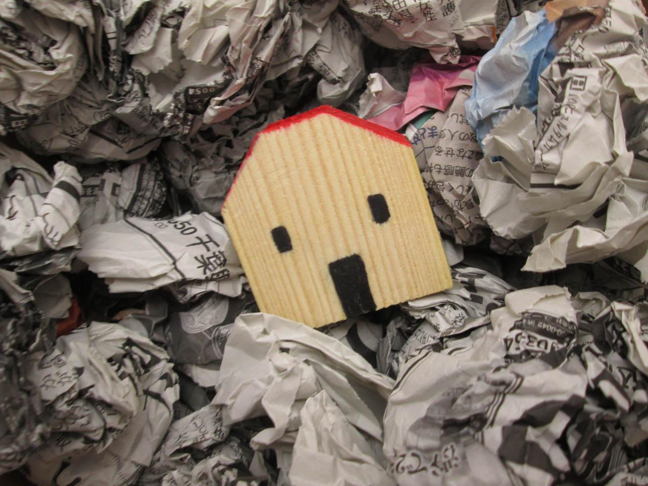 ゴミに囲まれた家のイメージ