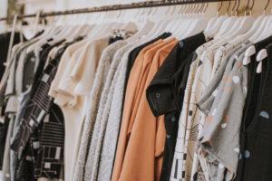 クローゼットに整然と並ぶ洋服