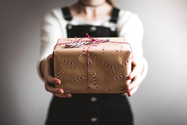 プレゼントを整理する人