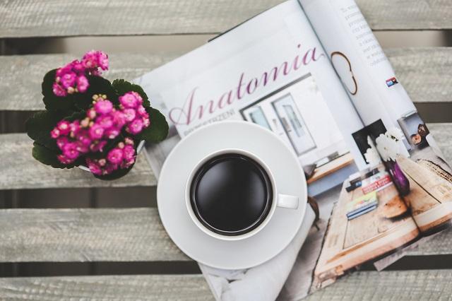 コーヒーカップと雑誌